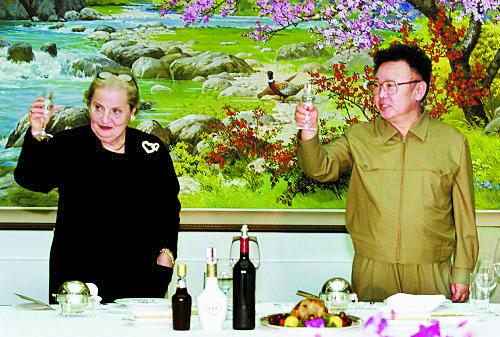 조명록 북한 총정치국장의 방미에 이어 방북한 매들린 올브라이트 미 국무장관이 2000년 10월 23일 평양 백화원 초대소에서 김정일 국방위원장과 건배하고 있다. 북한은 빌 클린턴 대통령을 초청했지만 방북은 이뤄지지 않았다. [평양AP=연합뉴스]