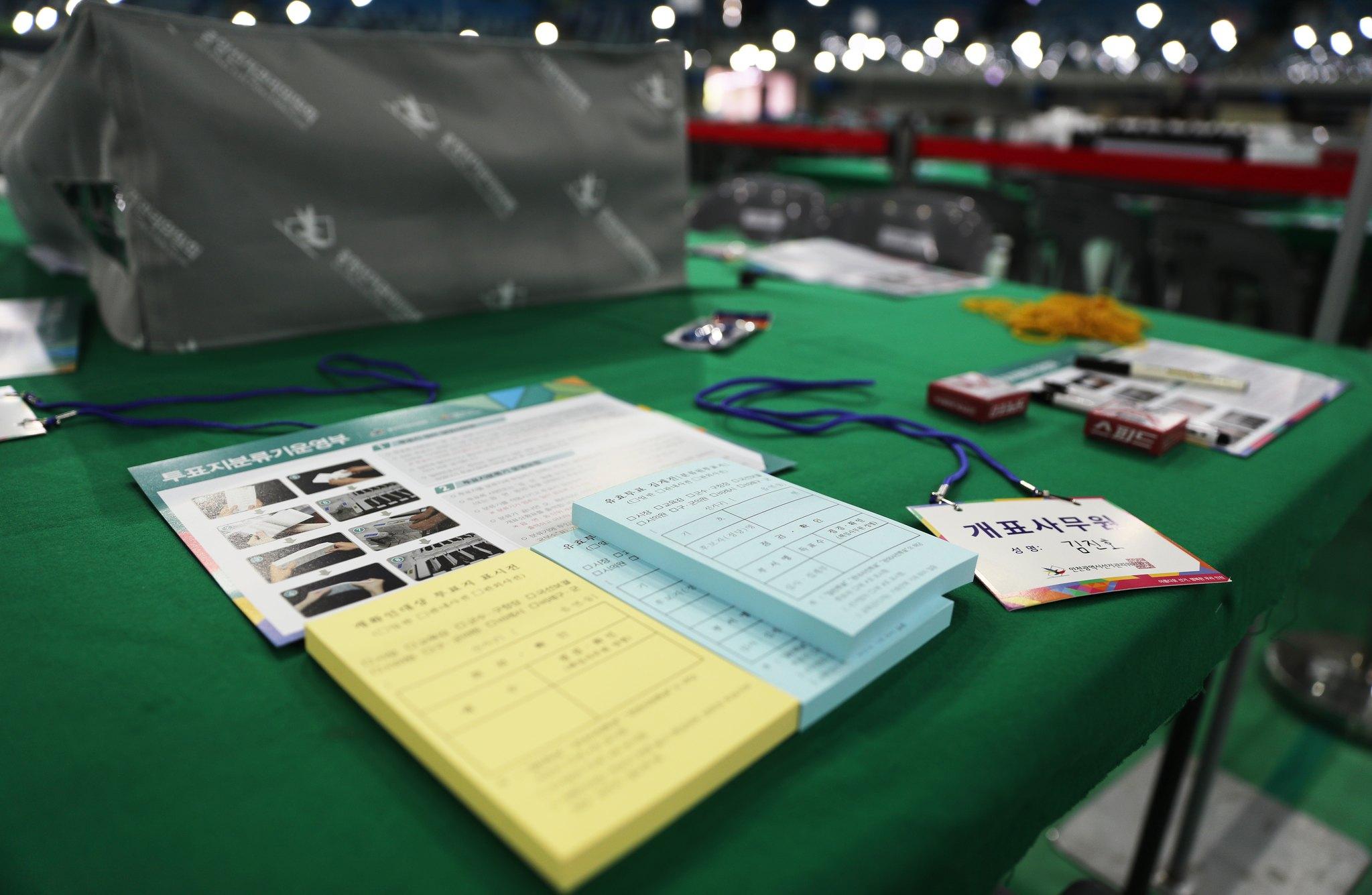 6·13 지방선거 투표일인 13일 오후 인천시 남동체육관 개표소의 모습. 선관위에 따르면 이날 오후 1시 기준 인천 선거인 244만779명 중 95만1942명이 투표를 마쳐 39%를 투표율을 기록했다. [뉴스1]
