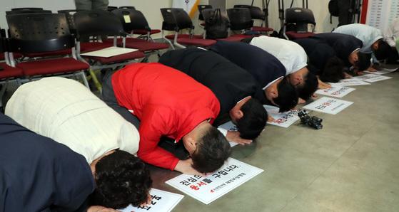 자유한국당 재건비상행동 회원들이 홍준표 대표의 사퇴를 요구하며 국민들에게 사죄의 큰절을 하고 있다 [연합뉴스]