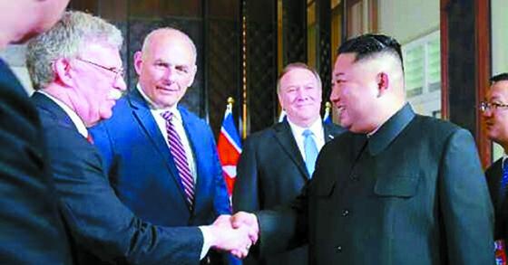 북한 노동신문은 12일 북미정상회담이 열린 싱가포르 카펠라 호텔에서 김정은 국무위원장과 존 볼턴 미국 백악관 국가안보회의 보좌관이 악수하는 모습을 13일 보도했다. [연합뉴스]