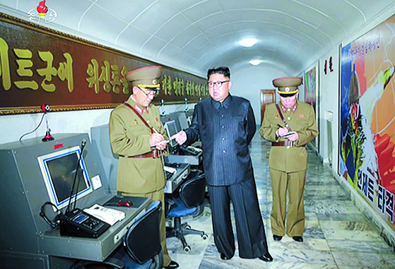 지난해 8월 김정은 북한 국무위원장이 전략군사령부 지휘소와 지하 벙커를 방문해 현지 지도하는 모습. 전략군이 한국 전역을 4등분해 미사일 타격권을 설정해놓은 사실이 당시 공개된 사진으로 처음 포착됐다.북한 핵과 미사일은 미국의 안보 위협일뿐 아니라 한반도의 운명이 걸린 핵심 안보 사안이다. [연합뉴스]