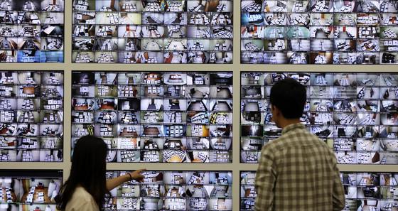 지난 10일 중앙선거관리위원회 종합상황실에서 선관위 관계자들이 CCTV를 통해 6·13선거 사전투표함 보관장소를 감시하고 있다. 전남 장성군은 이번 사전투표에서 43.72% 투표율로 전국 1위 기록했다. [뉴시스]