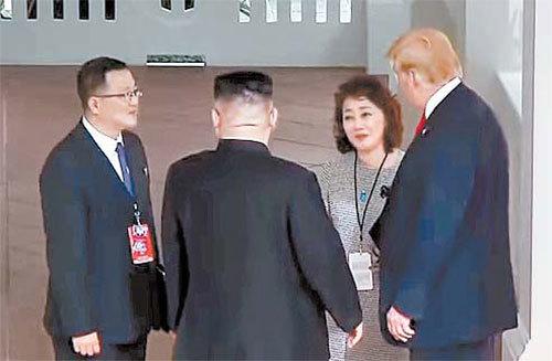 12일 북·미 정상회담에서 도널드 트럼프 미국 대통령과 김정은 북한 국무위원장의 통역을 하고 있는 미 국무부 소속 이연향 국장(오른쪽 둘째)과 북한 측 김주성 통역관(왼쪽 첫째). [뉴시스]