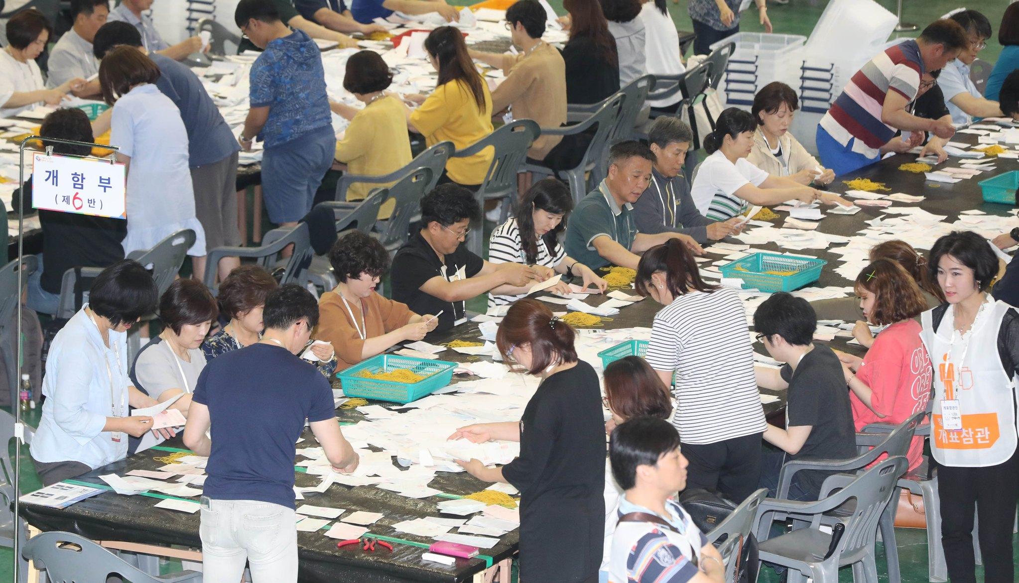 13일 오후 대전 서구 무역전시관에 마련된 개표소에서 선거관리위원회 직원과 개표사무원들이 6·13 지방선거 투표용지를 분류하고 있다. [뉴스1]