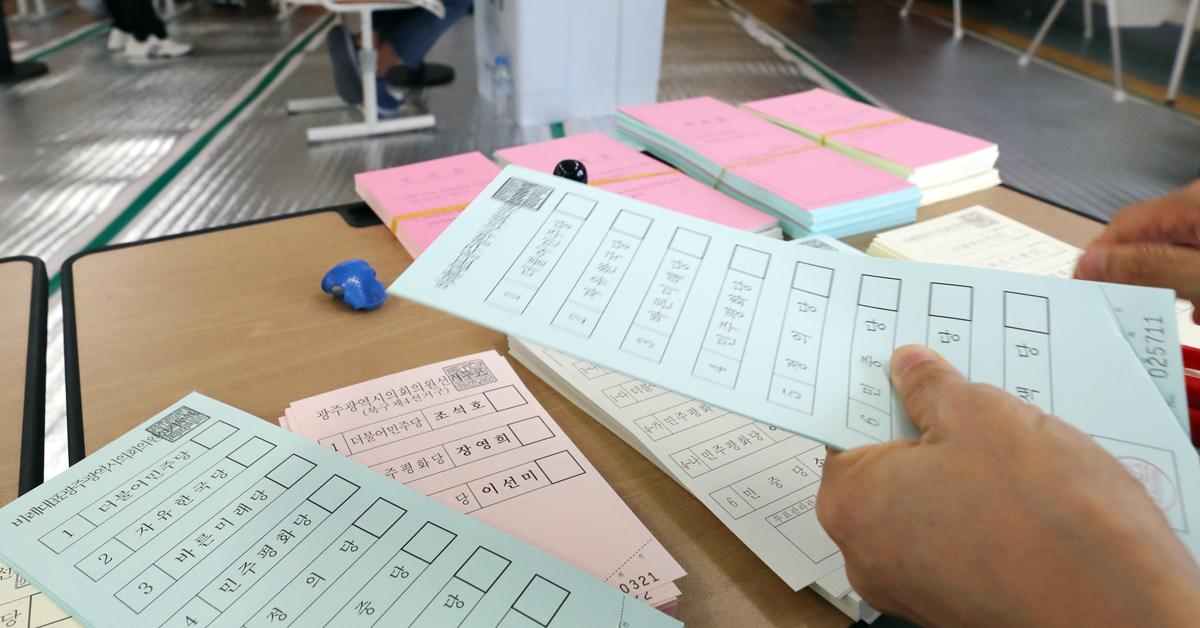 제7회 전국동시지방선거일인 13일 오전 광주 북구 용봉동 제1투표소가 마련된 용주초등학교에서 유권자들이 투표하고 있다. [연합뉴스]