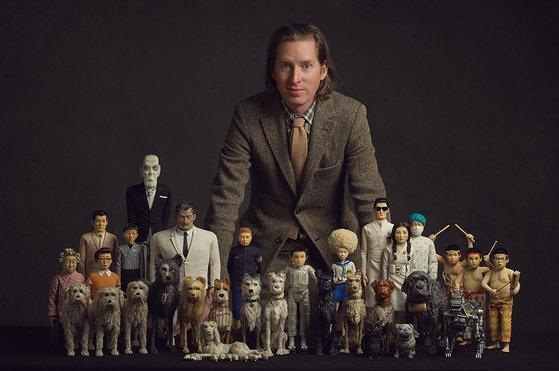 스톱모션 애니메이션 '개들의 섬' 출연진과 함께 포즈를 취한 웨스 앤더슨 감독. 사진=이십세기폭스코리아