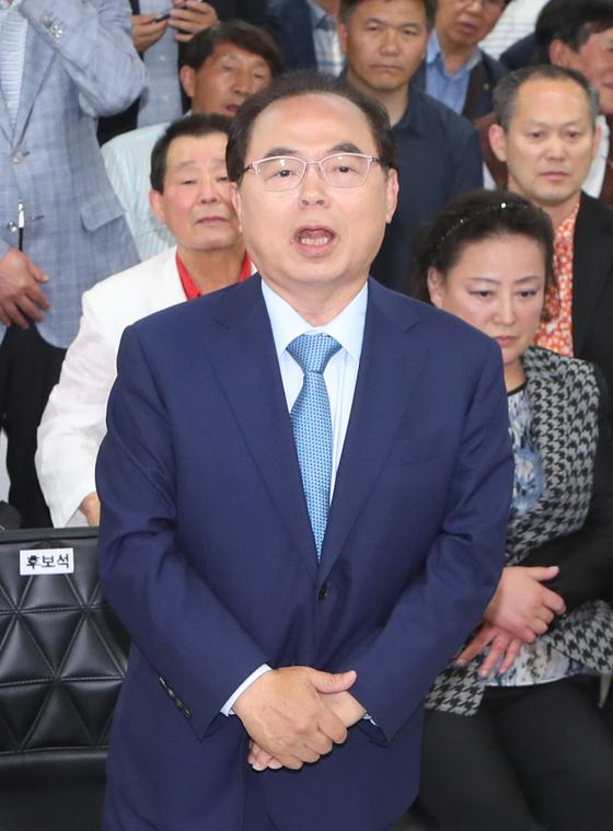 13일 방송3사 출구조사 결과가 발표된 뒤 부산진구 선거사무실을 찾은 오거돈 부사시장 후보가 감사 인사말을 하고 있다. 송봉근 기자