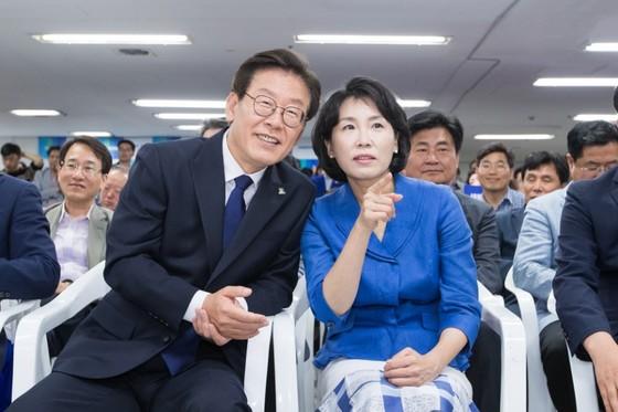 출구조사 결과를 아내 김혜경 여사와 보고 있는 더불어민주당 이재명 경기도지사 당선인 [사진 이재명캠프]