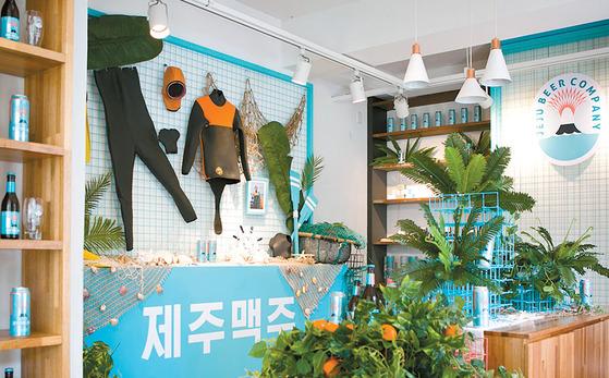 인기다. '서울시 제주도 연남동' 2층은 제주도를 연상케 하는 해녀복, 조개, 바다 사진 등의 소품으로 꾸몄다.