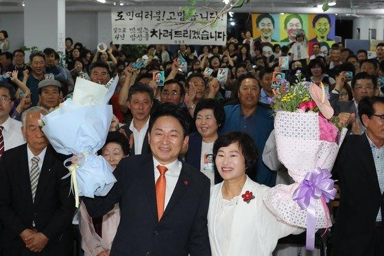 원희룡 무소속 제주도지사 후보가 13일 치러진 6·13 지방선거에서 당선이 확실하자 꽃다발을 들고 기뻐하고 있다. [뉴스1]
