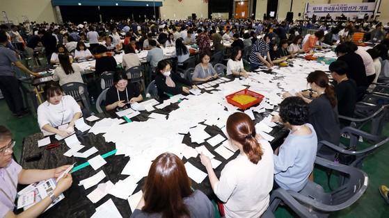 6·13 전국동시 지방선거 투표가 끝난 13일 오후 대전무역전시에 마련된 개표소에서 선거관리위원회 직원과 개표사무원들이 투표용지를 분류작업하고 있다. 프리랜서 김성태