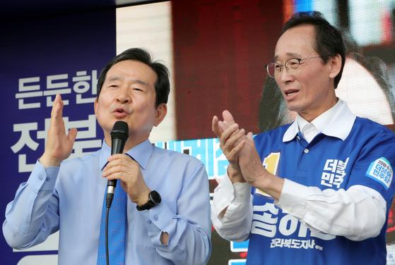 송하진 전북도지사 후보의 유세 모습. 왼쪽은 정세균 전 국회의장. [사진 송하진 후보 캠프]