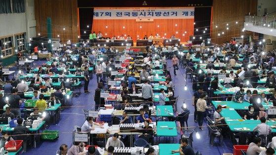 14일 오전 울산 남구 신일중학교 개표소에서 6·13 전국동시 지방선거 개표가 진행되고 있다. [뉴스1]