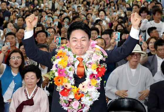 원희룡 무소속 제주도지사 후보가 13일 치러진 6·13 지방선거에서 당선이 확실하자 선거사무소에서 꽃목걸이를 목에 걸고 기뻐하고 있다.[뉴스1]