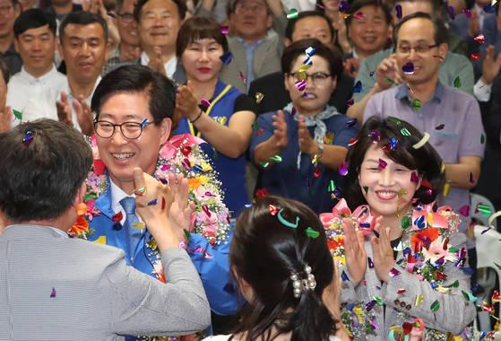 13일 오후 더불어민주당 양승조 충남지사 당선인이 선거사무실에서 방송사 출구조사 결과 당선이 유력하자 지지자들의 축하를 받고 있다. [연합뉴스]