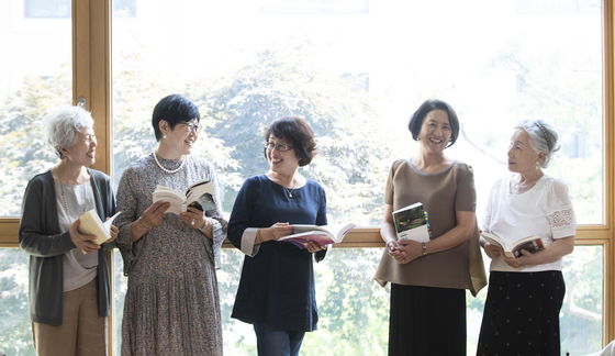 어머니 독서 클럽 '두어자 여인들'의 회원들. 왼쪽부터 김혜경, 이선미, 이정임, 사희경, 한정신씨. 권혁재 사진전문기자