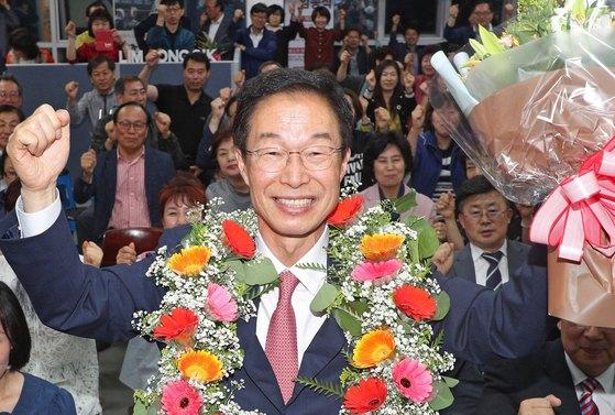 임종식 경북도교육감 후보가 13일 오후 포항 남구 선거 캠프에서 6·13지방선거 당선이 유력해지자 꽃목걸이를 목에 걸고 기뻐하고 있다. [뉴스1]