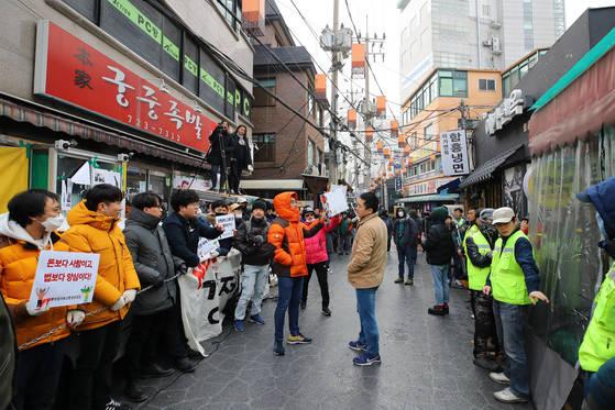맘편히장사하고픈상인모임 회원들이 지난달 15일 오전 서울 종로구 서촌의 '본가궁중족발' 앞에서 법원 집행관이 강제집행을 하지 못하도록 가게 앞을 막아서고 있다.[연합뉴스]