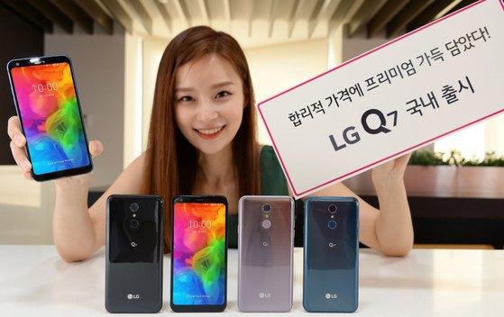 프리미엄급 중가형 스마트폰 LG Q7 출시. [뉴스1]