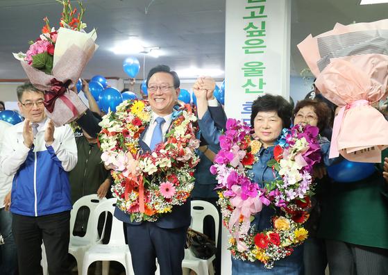 송철호 더불어민주당 울산시장 후보가 13일 울산 남구 대원빌딩 선거사무소에 마련된 개표 상황실에서 당선이 확실시 되자 기뻐하고 있다. [뉴스1]