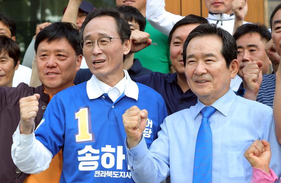 송하진 전북도지사 후보가 정세균 전 국회의장 등 지지자들과 함께 파이팅을 외치고 있다. [사진 송하진 후보 캠프]