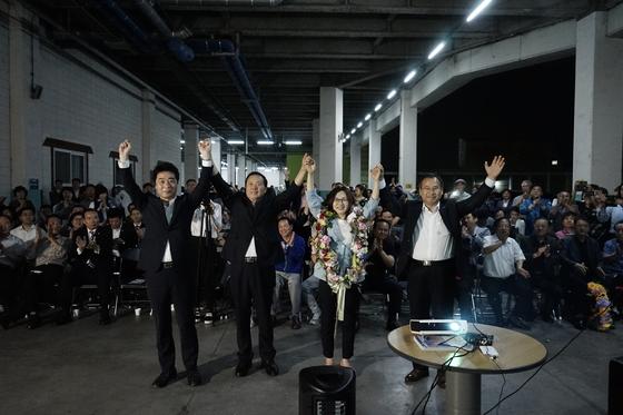 첫 대도시 여상단체장이 될 은수미 경기도 성남시장 당선인이 지지자들과 환호하고 있다. [사진 은수미 후보 캠프]