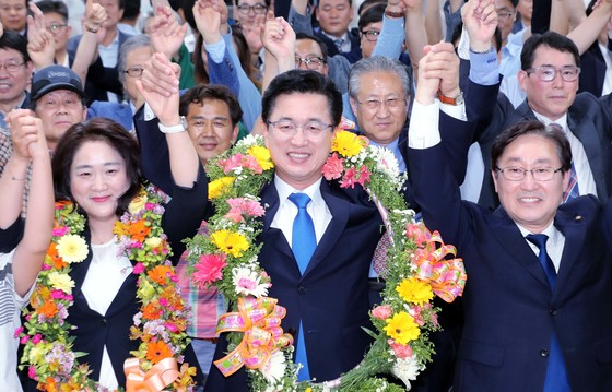 허태정 더불어민주당 대전시장 당선인이 선거사무실을 찾은 당원과 지지자들과 함께 기뻐하고 있다. 프리랜서 김성태