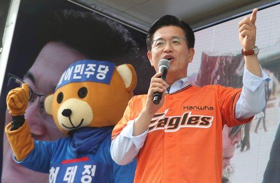 허태정 더불어민주당 대전시장후보가 지난 10일 오후 대전 중구 보문산 오거리에서 유권자들에게 지지를 호소하고 있다. [뉴스1]