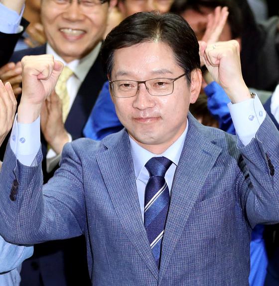 방송3사 출구조사 결과 당선이 예측되자 기뻐하는 김경수 후보. [연합뉴스]