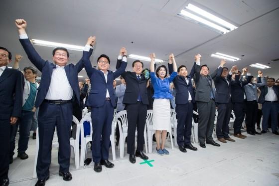 방송 3사 출구조사에서 더불어민주당 이재명 후보가 자유한국당 남경필 후보를 25.7% 포인트 앞선 것으로 조사되자 이 후보 캠프에 모인 민주당원들이 환호성을 지르고 있다. [사진 이재명캠프]