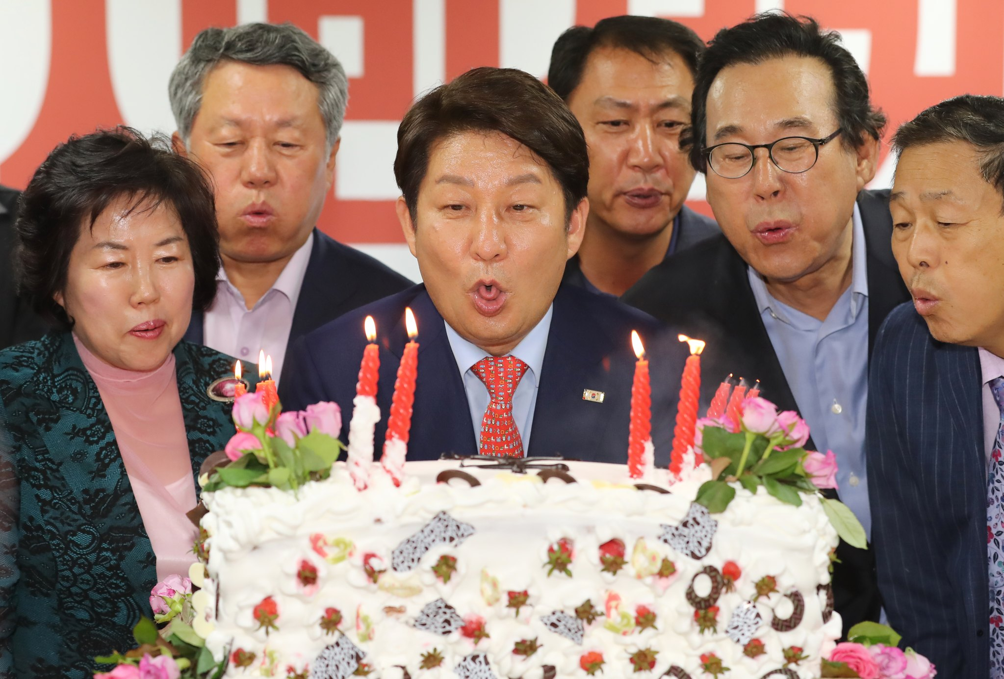 권영진 자유한국당 대구시장 후보가 13일 오후 대구 수성구 범어동 진심캠프에서 6·13 지방선거 당선이 유력해지자 지지자들이 축하하는 의미로 준비한 케이크의 촛불을 끄고 있다. [뉴스1]