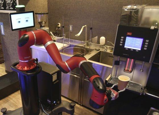 일본 '헨나카페'에선 로봇이 커피콩을 갈고 커피를 뽑아 테이블에 내놓는다. [사진 각 사]