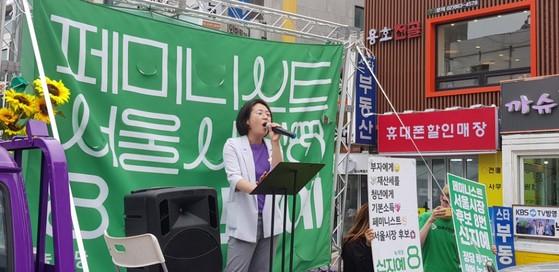 9일 오후 4시 서울 마포구 서교동 홍대 상상마당 앞에서 신지예 녹색당 서울시장 후보가 선거 유세를 하고 있다. 신 후보는 재킷 안에 페미니즘의 상징색인 보라색 티셔츠를 입었다. 서경호 기자