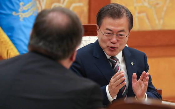 문재인 대통령이 14일 오전 청와대에서 싱가포르 북-미 정상회담 결과를 설명하고, 이후 한-미 공조 방안 협의를 위해 방한한 마이크 폼페이오 미국 국무장관을 만나 이야기를 나누고 있다. [청와대사진기자단]