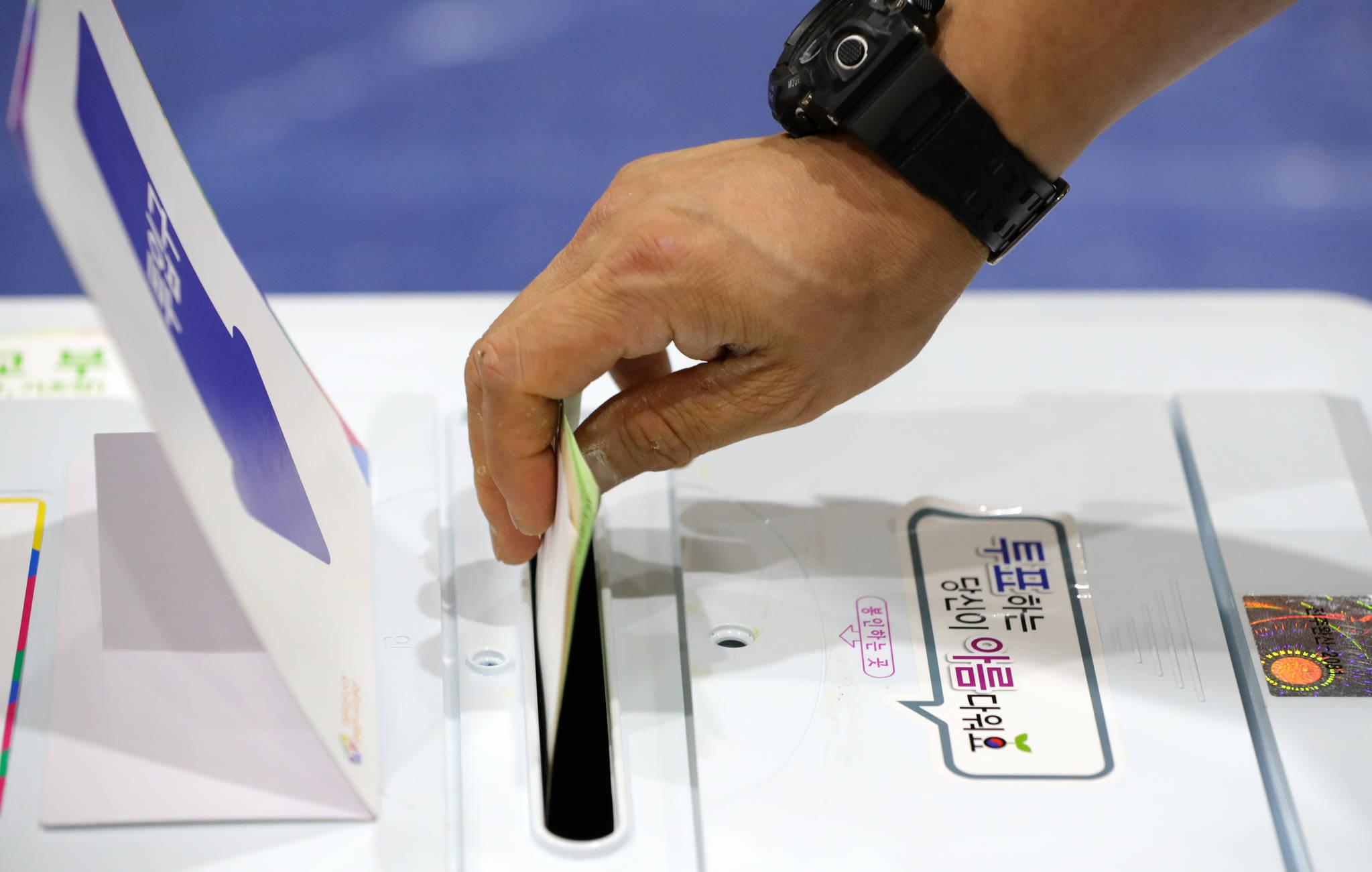 6·13 지방선거 투표일인 13일 오후 전북 전주시 서신동 제10투표소인 전주여울초등학교에서 한 유권자가 투표를 하고 있다. [뉴스1]