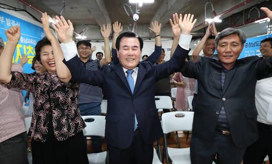 13일 오후 김지철 충남교육감 후보(가운데)와 부인 양현옥(왼쪽)씨가 충남 천안 선거사무실에서 방송사 출구조사 결과에 환호하고 있다. [연합뉴스]