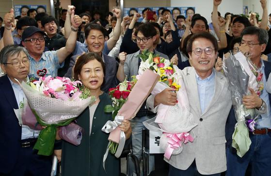 서울교육감 재선에 성공한 조희연 후보가 부인 김의숙 씨와 함께 환호하고 있다. [연합뉴스]