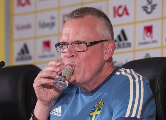 2018러시아월드컵에서 한국과 첫 경기를 치르게 될 스웨덴 대표팀 얀네 안데르손 감독이 12일(현지시간) 러시아 크라스노다르 주 겔렌지크 스파르타크 스타디움에서 가진 기자회견에서 굳은 표정으로 물을 마시고 있다.[연합뉴스]