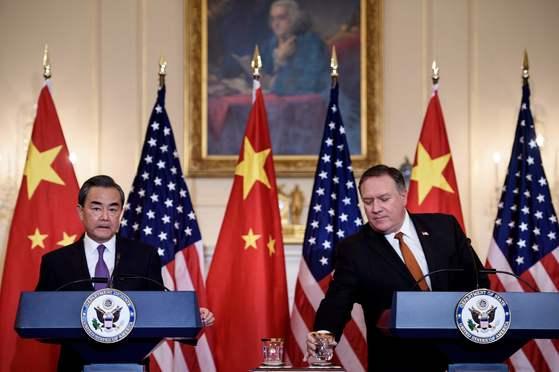 마이크 폼페이오(오른쪽) 미국 국무장관과 왕이(왼쪽) 중국 국무위원 겸 외교부장이 지난달 23일 워싱턴 미 국무부에서 회담을 마치고 공동 기자회견을 갖고 있다. [AFP=연합]