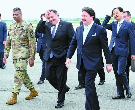 마이크 폼페이오 미국 국무장관이 13일 오후 경기도 오산 미 공군기지에 도착해 이동하고 있다. 폼페이오 장관은 14일 오전 청와대를 방문해 문재인 대통령을 만나 북·미 정상회담 결과를 설명할 예정이다. 앞줄 왼쪽부터 빈센트 브룩스 주한미군사령관, 폼페이오 장관, 마크 내퍼 주한 미국대사대리. [사진공동취재단]