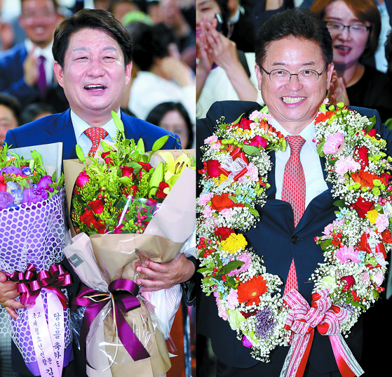 자유한국당 권영진 대구시장·이철우 경북도지사 후보(왼쪽부터)가 13일 오후 당선을 확정 지은 뒤 지지자들에게 꽃 선물을 받고 기뻐하고 있다. [뉴스1]