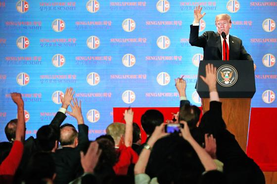 12일 북미 정상회담을 마치고 기자회견을 열고 있는 도널드 트럼프 대통령. [EPA]