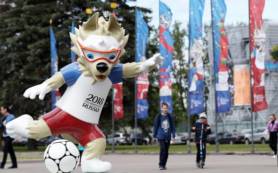 2018 러시아 월드컵 개막을 하루 앞둔 13일 오전(현지시간) 러시아 상트페테르부르크 스타디움 앞에 월드컵 마스코트 자비바카(Zabivaka) 모형이 세워져 있다. [뉴스1]