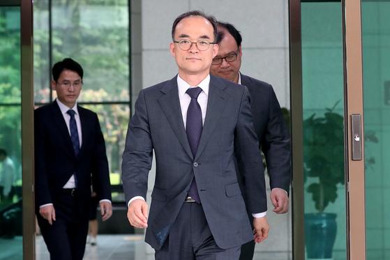 서울 서초동 대검찰청을 나서는 문무일 검찰총장. 장진영 기자