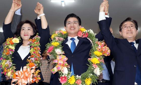 더불어 민주당 허태정 대전시장 당선인이 부인 양창희(왼쪽), 박범계 의원과 손을 들고 기뻐하고 있다. 프리랜서 김성태