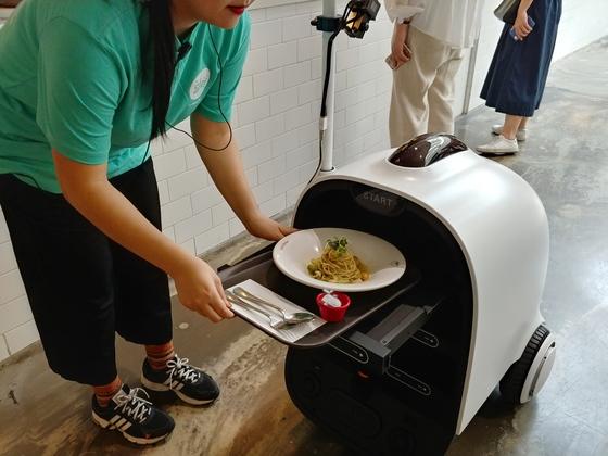 '우아한형제들'과 고려대 정우진 교수팀이 국내 최초로 개발한 자율주행 배달 로봇 딜리. [사진 각 사]