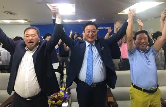 13일 오후 국회의원 천안갑 이규희 당선인(가운데)이 선거사무소에서 출구조사 결과를 지켜본 뒤 지지자들과 환호하고 있다. [사진 이규희 선거캠프]