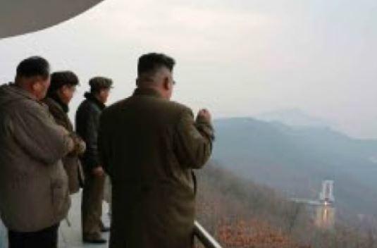 김정은 북한 국무위원장이 지난해 3월 18일 평안북도 철산군 동창리의 미사일 발사시험장에서 미사일 엔진 연소 실험을 지켜보고 있다. [노동신문]
