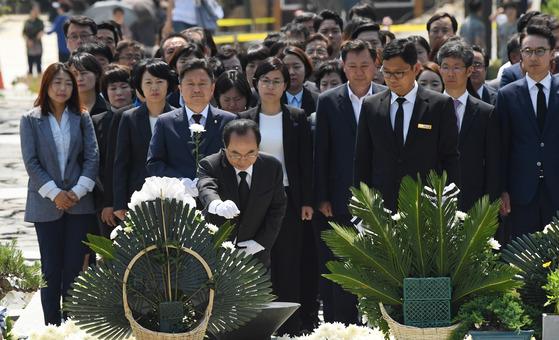 더불어민주당 오거돈 부산시장 당선인과 기초단체장, 시·구의원 당선자들이 14일 오후 김해시 봉하 마을의 노무현 전 대통령 묘역을 참배하고 있다. [송봉근 기자]
