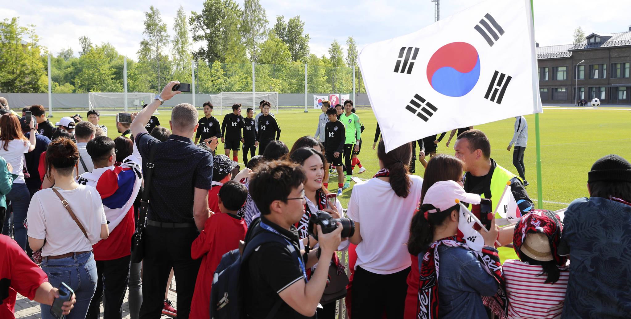 축구 국가대표팀의 러시아에서 첫 훈련이 열린 13일(현지시간) 상트페테르부르크 스파르타크 스타디움에서 교민과 현지 팬들이 선수들의 사인을 받기위해 기다리고 있다. 임현동 기자